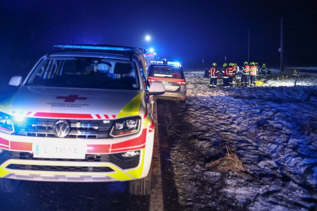 Three people were injured in a car rollover at Eftinger Strauss near Alcoven, some seriously injured.