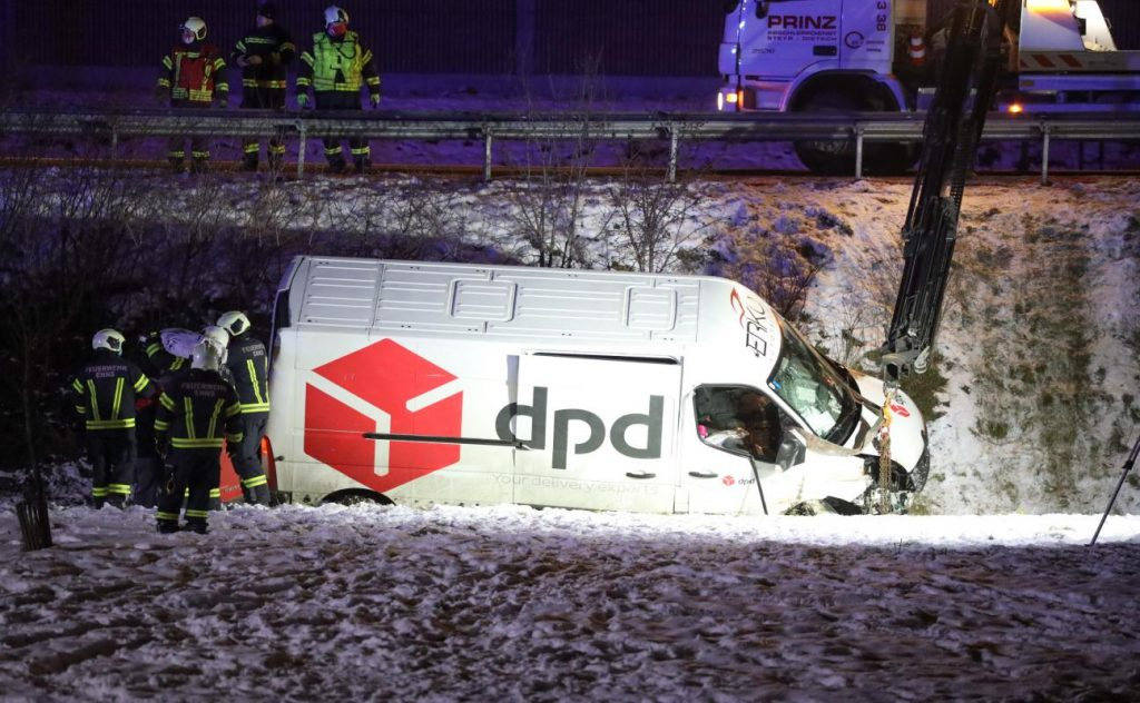 Parcel transporter collides with a block at Weiner Strauss Roundabout near NS