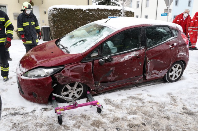 Collision between a car and a truck on a snowy road in Wallen an der Tratnach