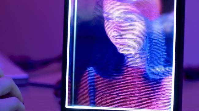 A holographic photo frame project makes the canvas worse