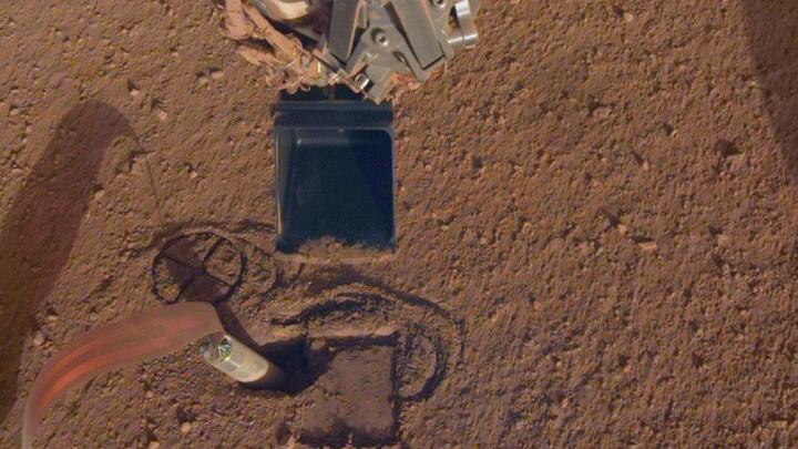 Dieses Foto zeigt den InSight Mars-Lander am 3.10.2019, der etwa einen Zentimeter unter der Oberfläche vom Mars gräbt. (Imago / NASA / JPL-Caltech)