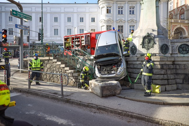 Strange traffic accident: Car driver breaks 120-year-old monument in Lampach