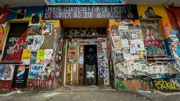"Left-wing Autonomous Pub in Berlin-Friedrichshaine: Riker 94 - Court hears the expulsion case against ""Kadershmead"" in Berlin."