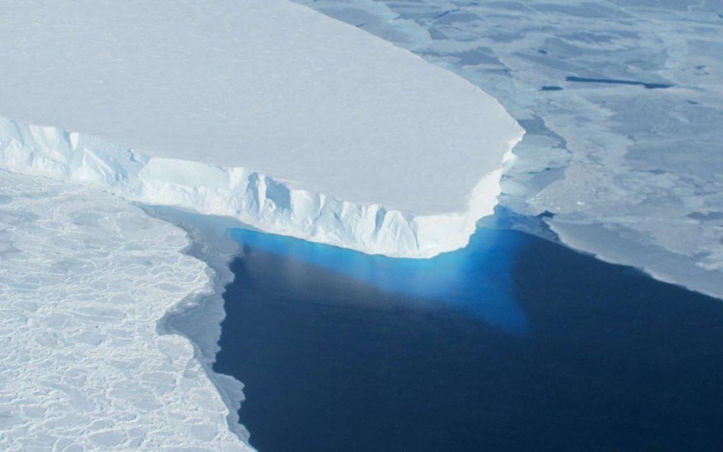 Ici, la langue glaciaire du glacier Thwaites, dans l'ouest de l'Antarctique. Pour la première fois, des chercheurs ont étudié les dessous de ce glacier à l'aide d'un sous-marin autonome. Et les données qu'il a rapportées sont plutôt inquiétantes. © Nasa