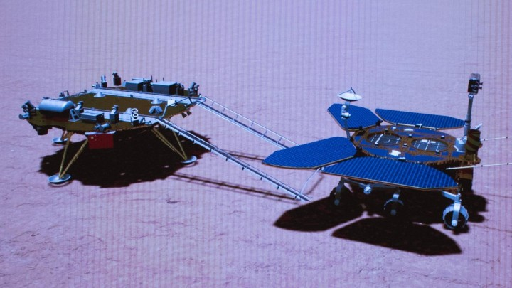 Zwei Vehikel aus einem metallähnlichen Material stehen hintereinander auf einer rötlichen, strukturierten Oberfläche, auf der ihre jeweiligen Schatten zu sehen sind. (Imago /JinxLiwang)