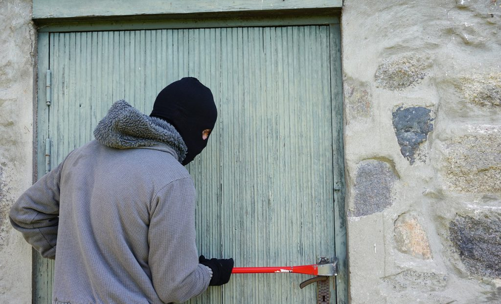 Here are 4 useful tricks to protect your home from thieves during the holidays and travel in peace without spending money on burglary alarms