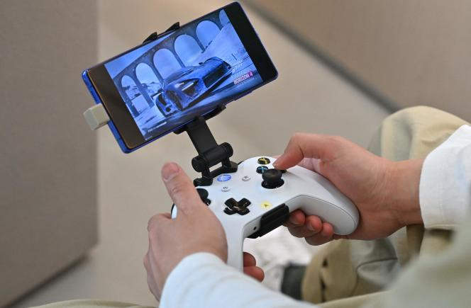 Microsoft employee plays games on the smartphone using the Xbox controller, Seoul 2020