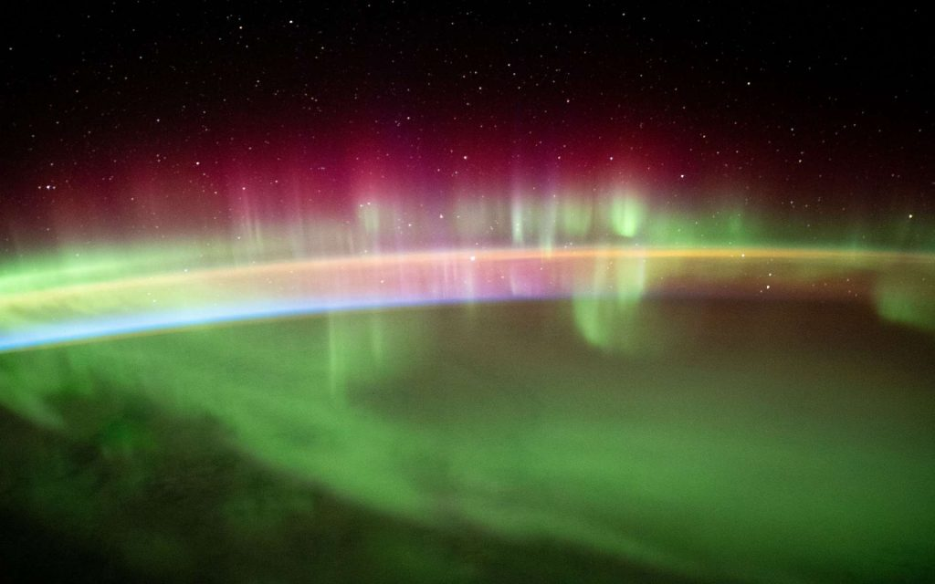 Thomas Pesket sends us classic photos of southern lights