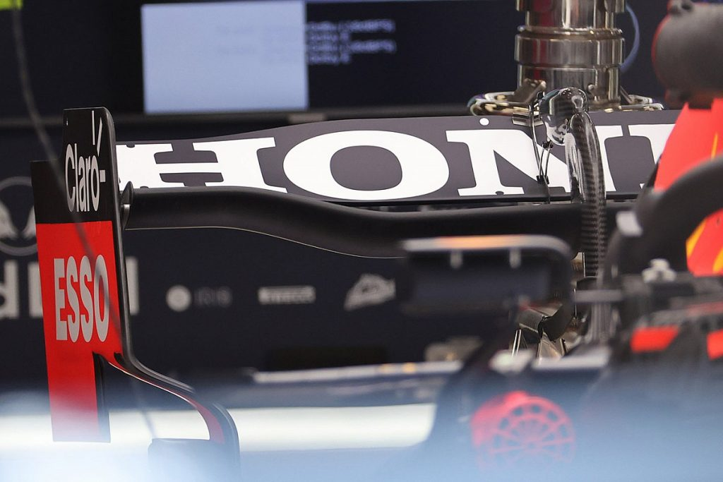 The undeveloped rear wings of the bag appear again at the spa