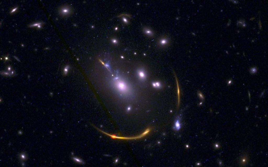Cette image composite de l'amas de galaxies MACSJ 0138 montre les données du télescope spatial Hubble (Nasa) et du Grand réseau d'antennes millimétrique/submillimétrique de l'Atacama (Alma, Chili) telles qu'observées par les astronomes. Six galaxies massives anciennes s'avèrent avoir manqué d'hydrogène froid, le carburant nécessaire à la formation des étoiles. © LMA (ESO/NAOJ/NRAO), S. Dagnello (NRAO), STScI, K. Whitaker et al