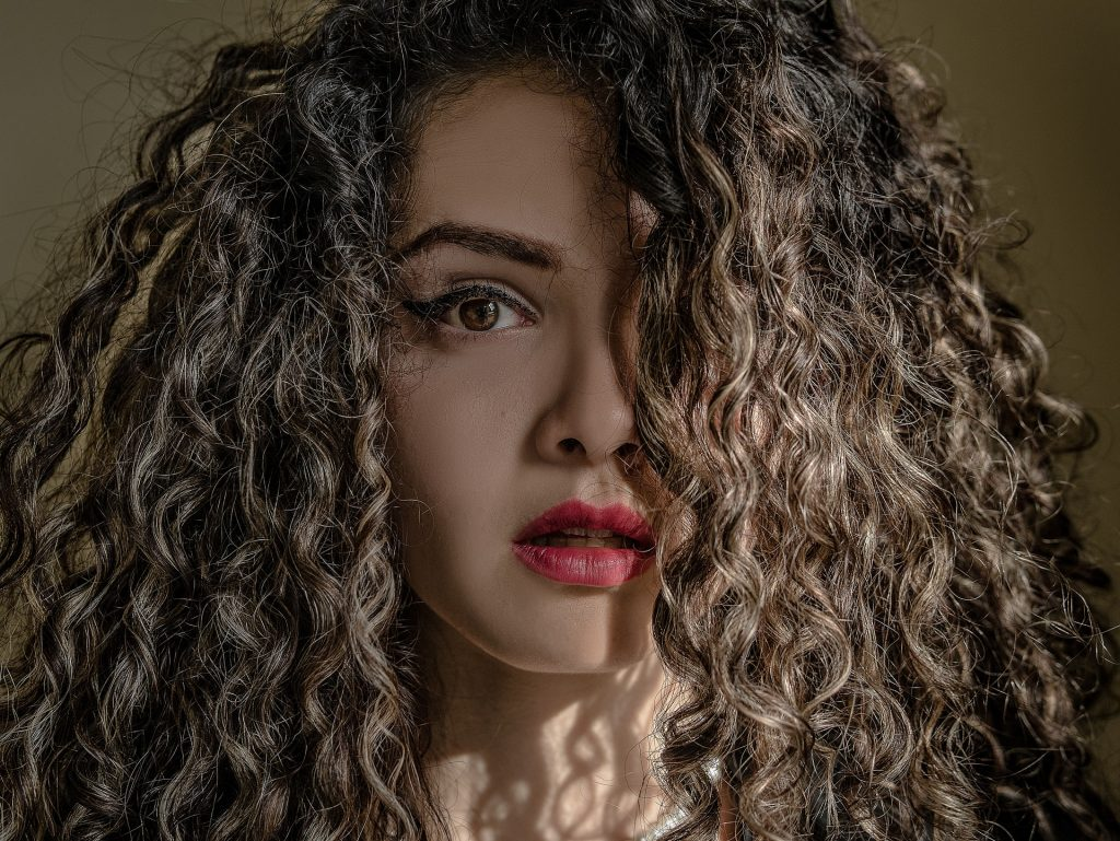 Here are 5 easy and unusual ways to create amazing curly or wavy hair