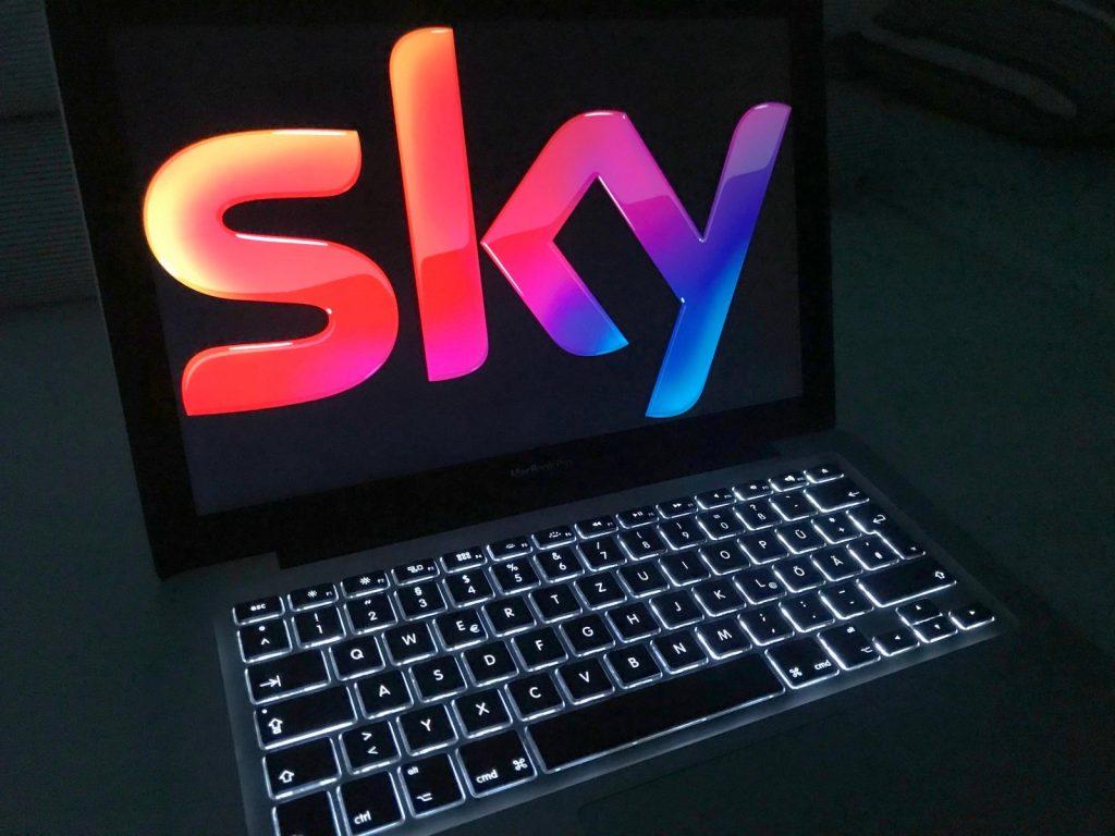 Sky-Logo auf einem Laptop